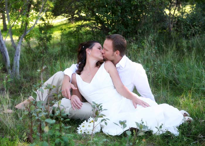 37-wedding_photographer_dress_gown_kissing_couple_cute_grass.cielo.jpg